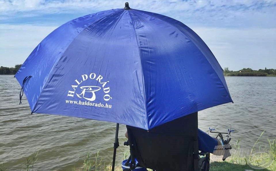 … és várni a kapást a horgászernyő alatt. Nélkülözhetetlen kiegészítő a nyári horgászatok során: az elviselhetetlen napsütés vagy egy-egy nyári zápor ellen is kiváló védelmet biztosít