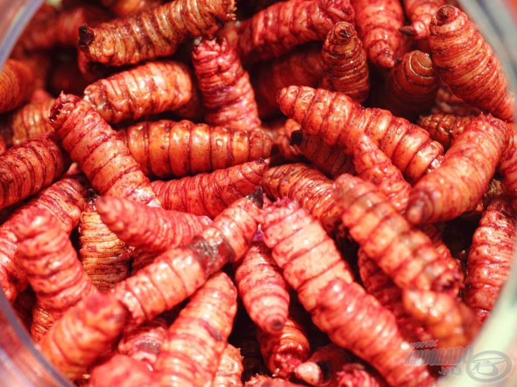 … ami vöröses színezést és intenzív eper aromát kapott