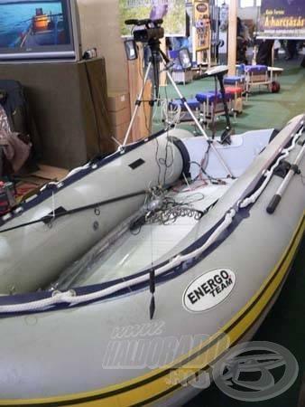 """Egy kis vízparti hangulat is bekerült a terembe. Ez a csónak, a harcsavadász nélkülözhetetlen """"munkaeszköze"""""""