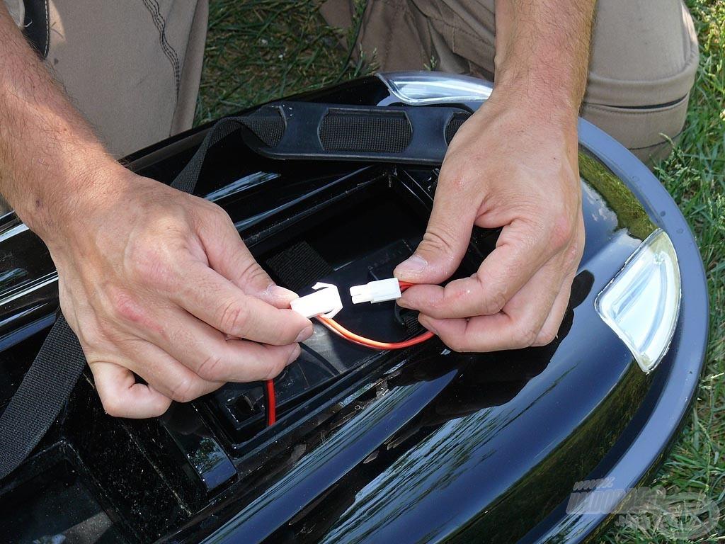 A gyorscsatlakozó összeillesztésével áram alá helyezzük az elektromos rendszert