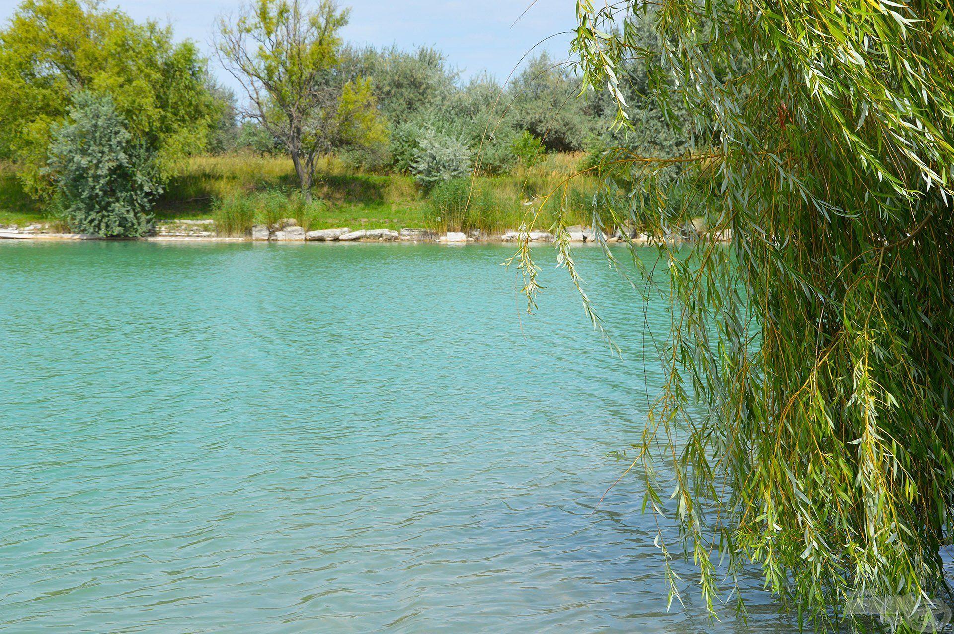 Elképesztően szép ez a víz… Túl azon, hogy kristálytiszta, a környezet is olyan látványt nyújt, amin jólesik végigsétáltatni a tekintetünket