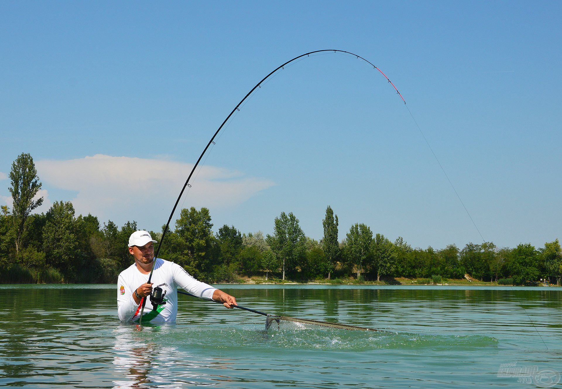 Sokatmondó pillanat… Kínálatunk legerősebb, legnagyobb terhelhetőségű feederbotja a Big River 390RXH, mégsem egy durung, karó bot! Persze ne menjünk el amellett sem, hogy ezek a bányatavi halak egytől egyig hihetetlen erővel és kitartással küzdöttek a horgon, sokszor közvetlenül a merítő elől törtek vissza a mélybe!