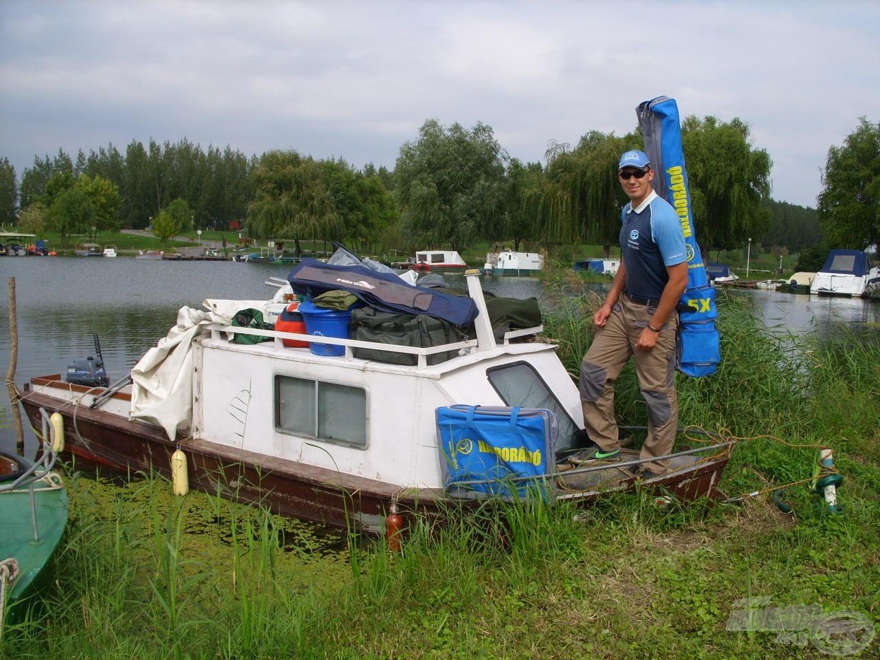 Kocsiból ki, hajóra fel… Végre minden felszerelés elfoglalta a helyét, indulás horgászni!