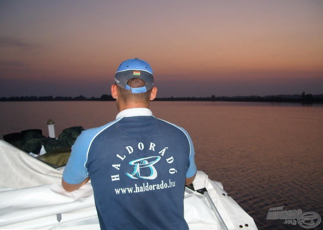 Valahányszor csak látom, hajlamos vagyok percekre elmerülni a vöröslő Tisza-tavi naplementében… Olyan horgászszívet dobogtató, csodálatos élmény ez, amit szerintem mindenkinek látnia kell(ene) legalább egyszer az életben!
