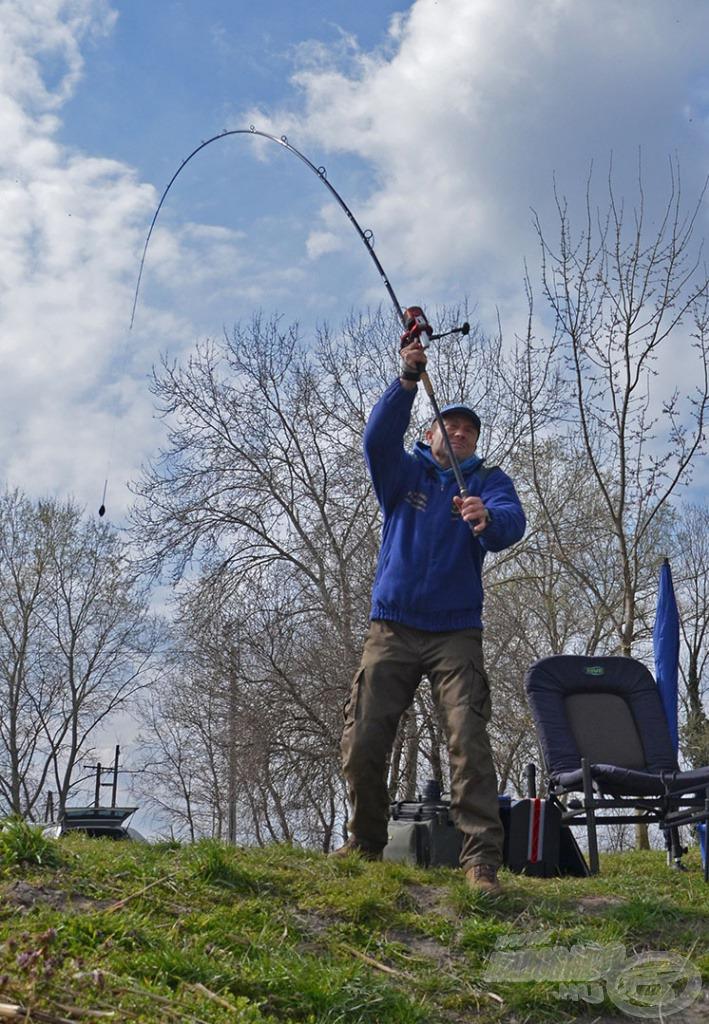 Kell-e előetetés? Egy rövid, 4-6 órás horgászat során egy ilyen típusú vízen ezt feleslegesnek érzem tavasszal. Így egyszerűen csak bevágom a nagy semmibe, de tényleg, és várok! Nincs kiakasztva a főzsinórom és egyáltalán nem törekszem arra, hogy kétszer ugyanoda dobjak. Ez egy távoli halkereső módszer
