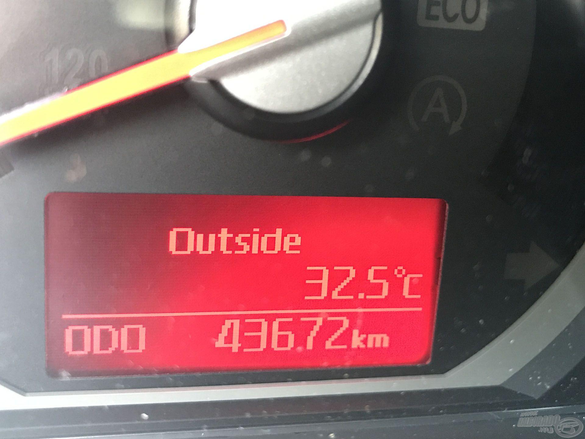 32 és fél fok, ez a napon állva, szélcsendben perzselően meleg még a vízen is