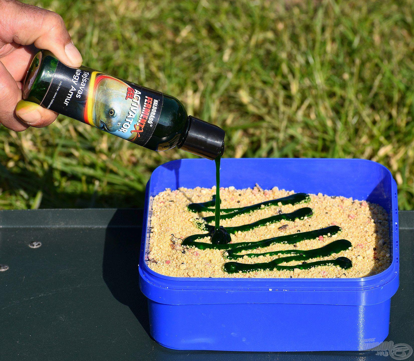 A vízzel bekevert, natúr etetőanyagból egy kisebb mennyiséget különveszek és FermentX Activator Gel Tejsavas Nagy Amur aromát nyomok rá