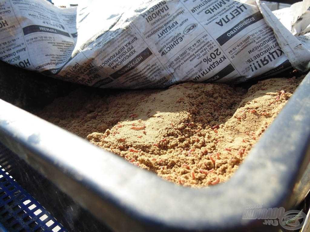 Ha a földes szúnyogot letakarjuk újságpapírral, nem szárad ki olyan könnyen, és a napfény se gyilkolja meg a lárvákat