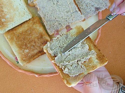 Tegyük a kész pástétomot néhány órára a hűtőbe, hogy az ízek összeér-jenek. Pirítsunk néhány szelet kenyeret, és a még meleg szeletekre kenjük rá a pástéto-mot