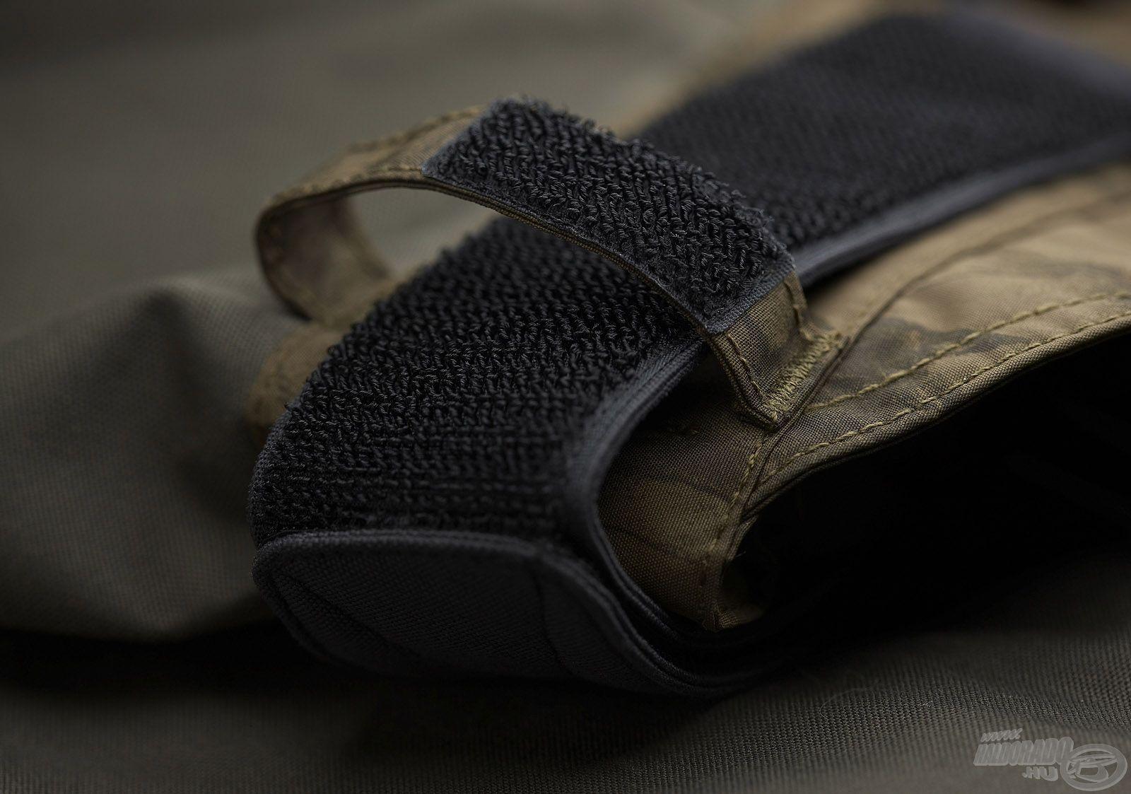 Mindkét oldalán tépőzárral állítható a nadrág bősége