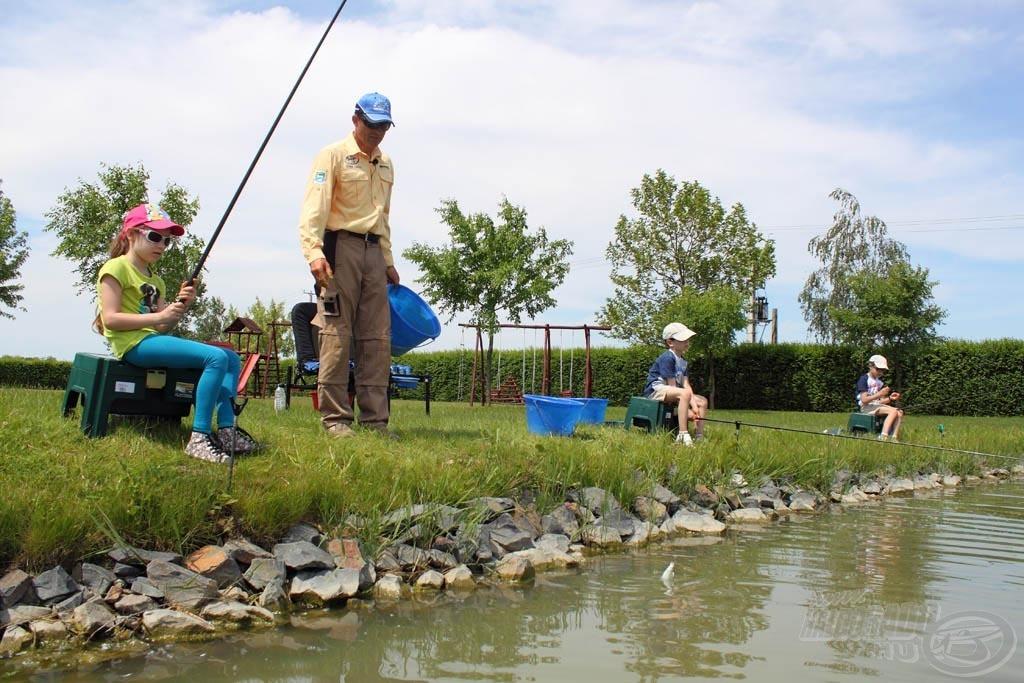 A horgászat sokkal érdekesebb, ha van egy kis társaság. Lányom, Vanessza fiú barátaival horgászott
