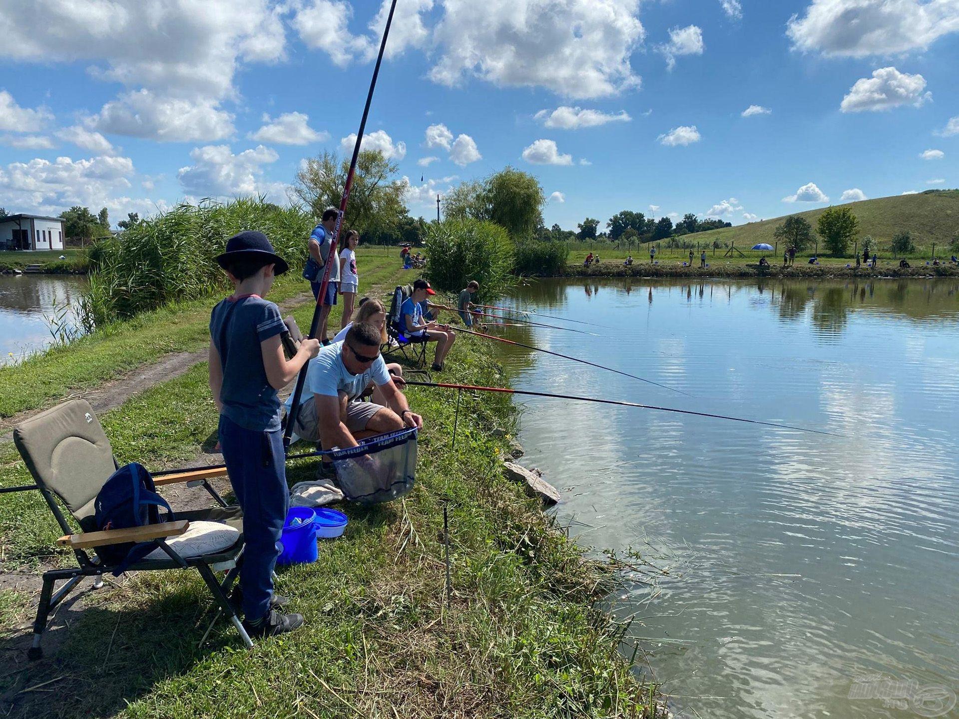 A táborban a finomszerelékes horgászat mellett…