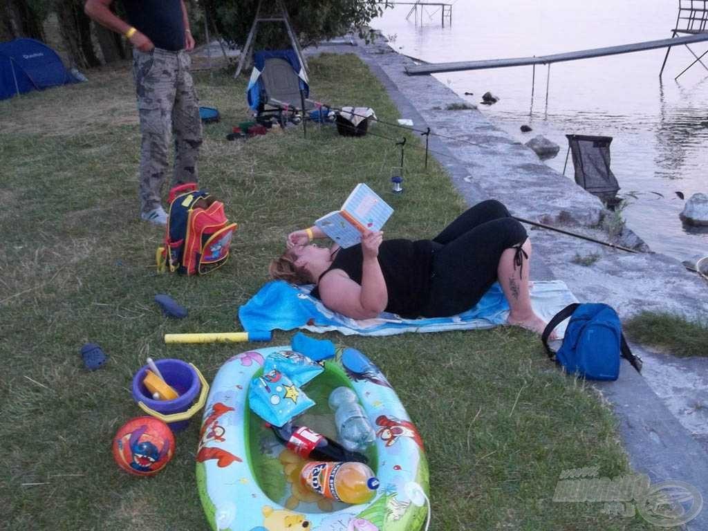 A gyerekek gumicsónakja lett a hűtő, a segítő hangosan olvassa fel a horgászat alapszabályait. Valahol el kell kezdeni, igaz, Segal?!