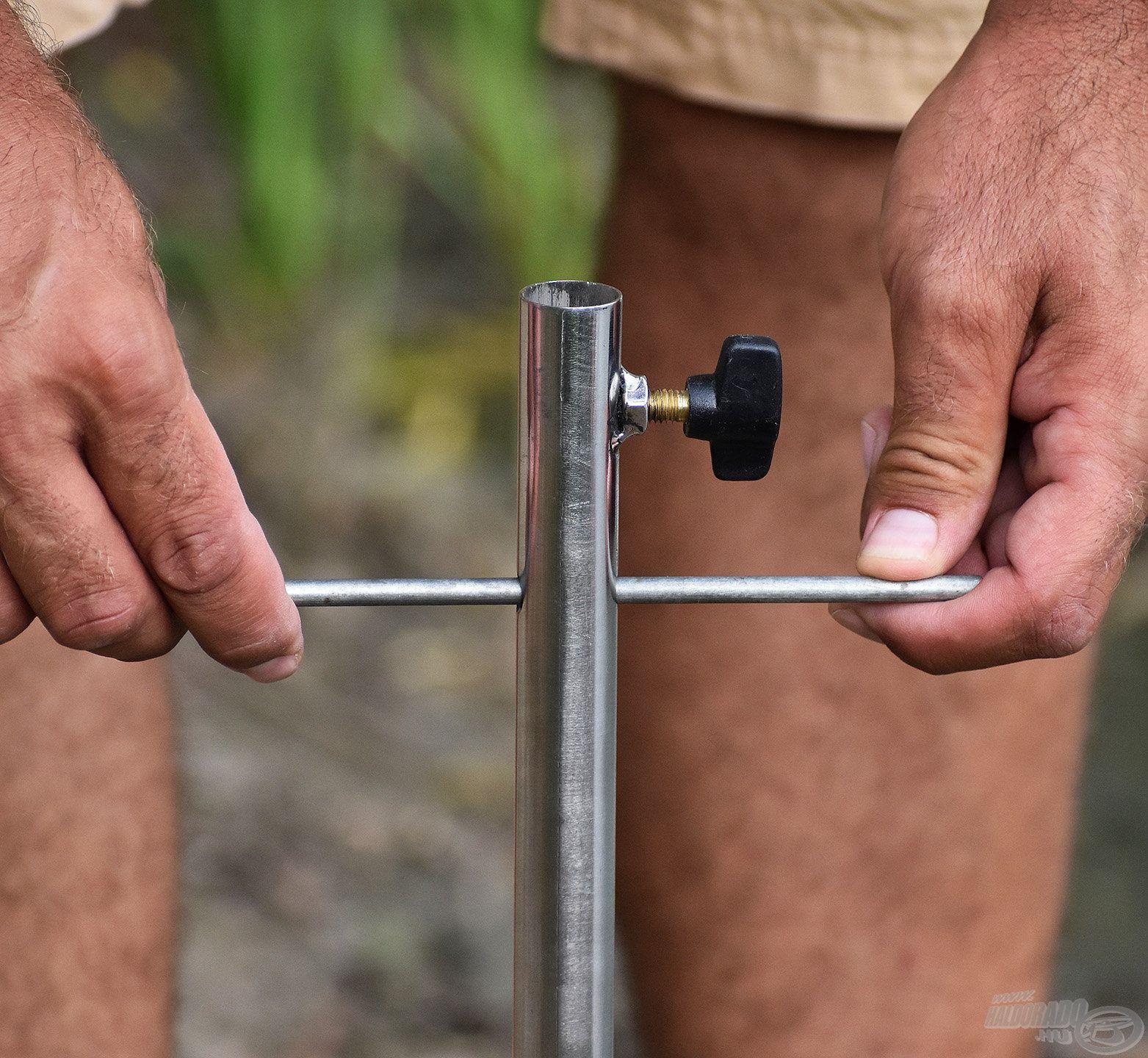 Ez a kis kar segíti az ernyőtartó beletekerését a földbe