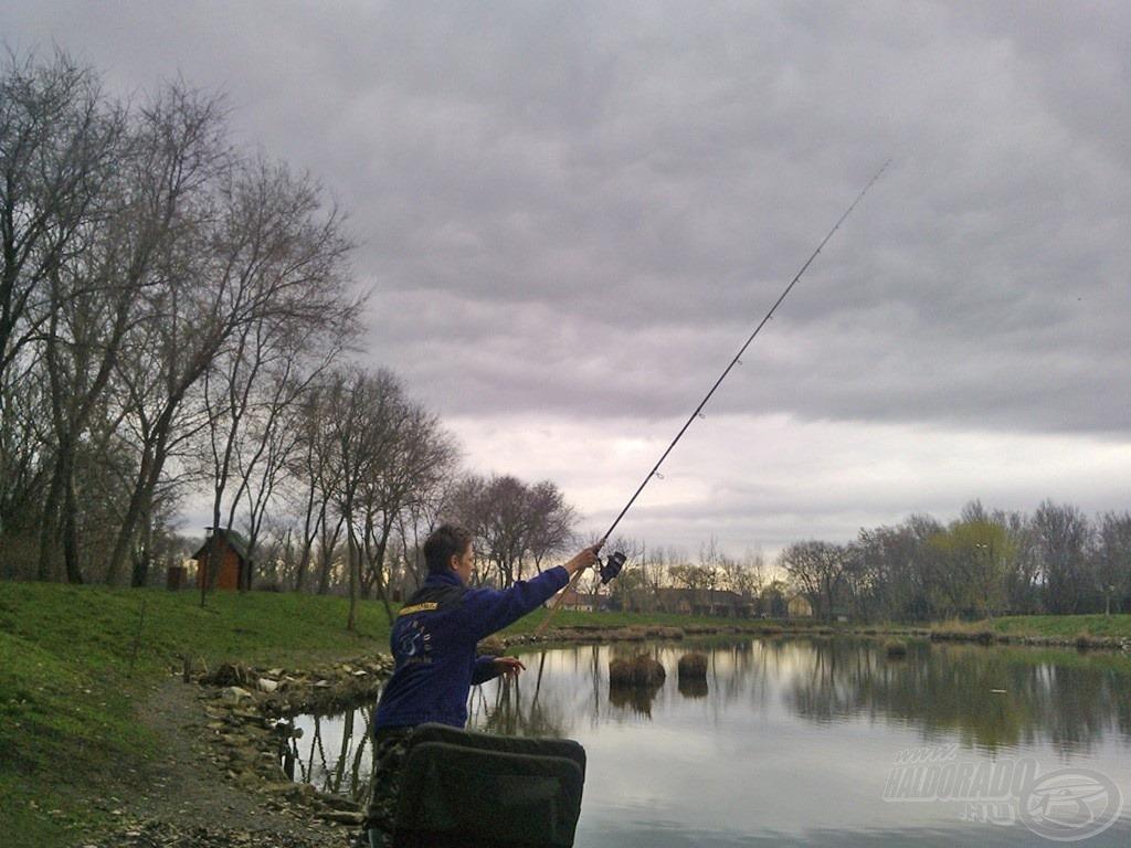 50 perce még ragyogó napsütés volt… horgászataim első mozzanata a pontos etetés