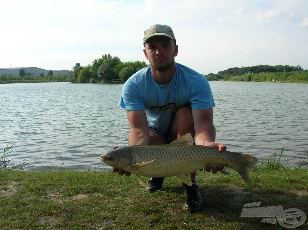 4,05 kg-os amur lebegtetett gilisztára