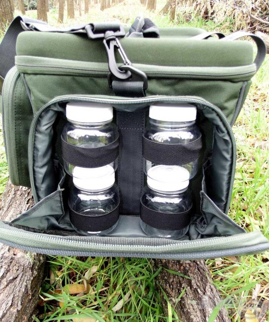 A táska egyik oldalzsebében  négy dipes üvegcse is van