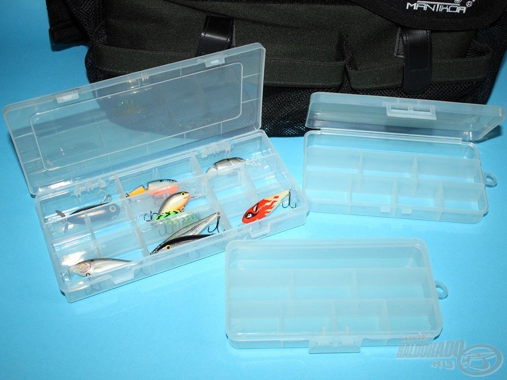Az oldalzsebekben 3 kisebb doboz található, amikbe kisebb wobblereket vagy akár kapcsokat, forgókat, jigfejeket tehetünk
