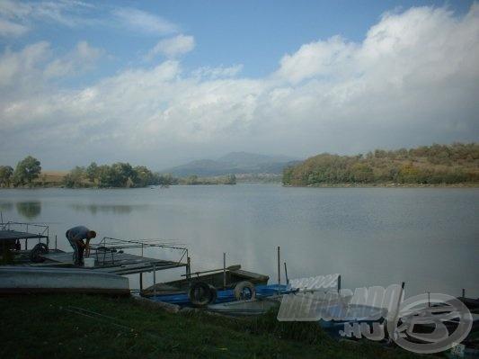 A kikötő felől közelítettük meg a tavat és a tó bal oldalán ültünk le (forrás: www.haziret.hu)