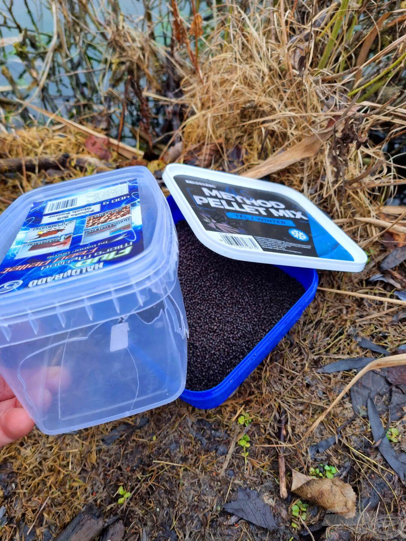 A micro pellet doboza a kocsiban picit megreccsent, de a korábbi pecánál használt 4S Method Pellet Mix doboza most jó szolgálatot tett. Legyél Te is környezettudatos!