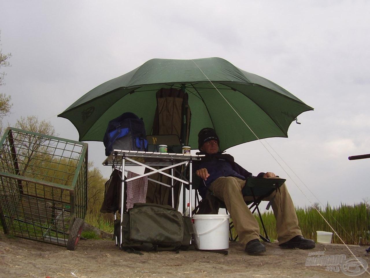 Lábtartós horgászszék, asztal, ernyő… már csak egy kényelmes ágy hiányzott…
