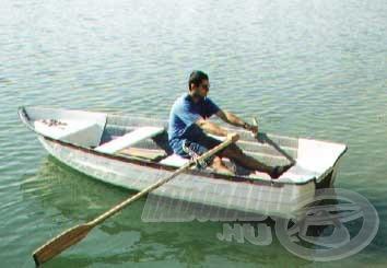A parttól távolra az etetőanyagot csónakkal vittük be