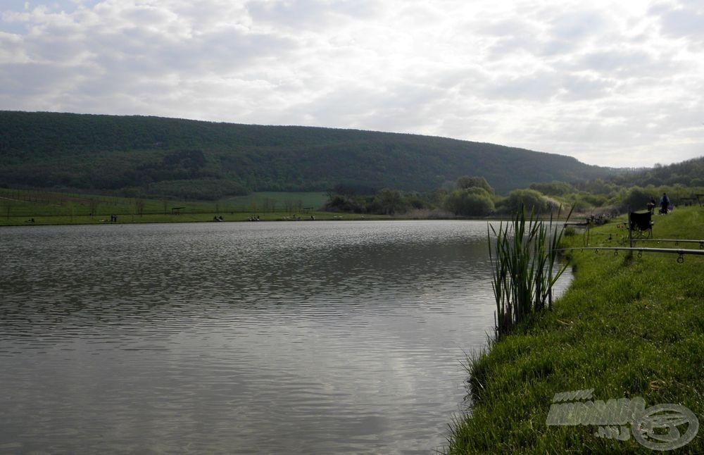 Hegyekkel, dombokkal körbeölelt tó, Nógrád megyében