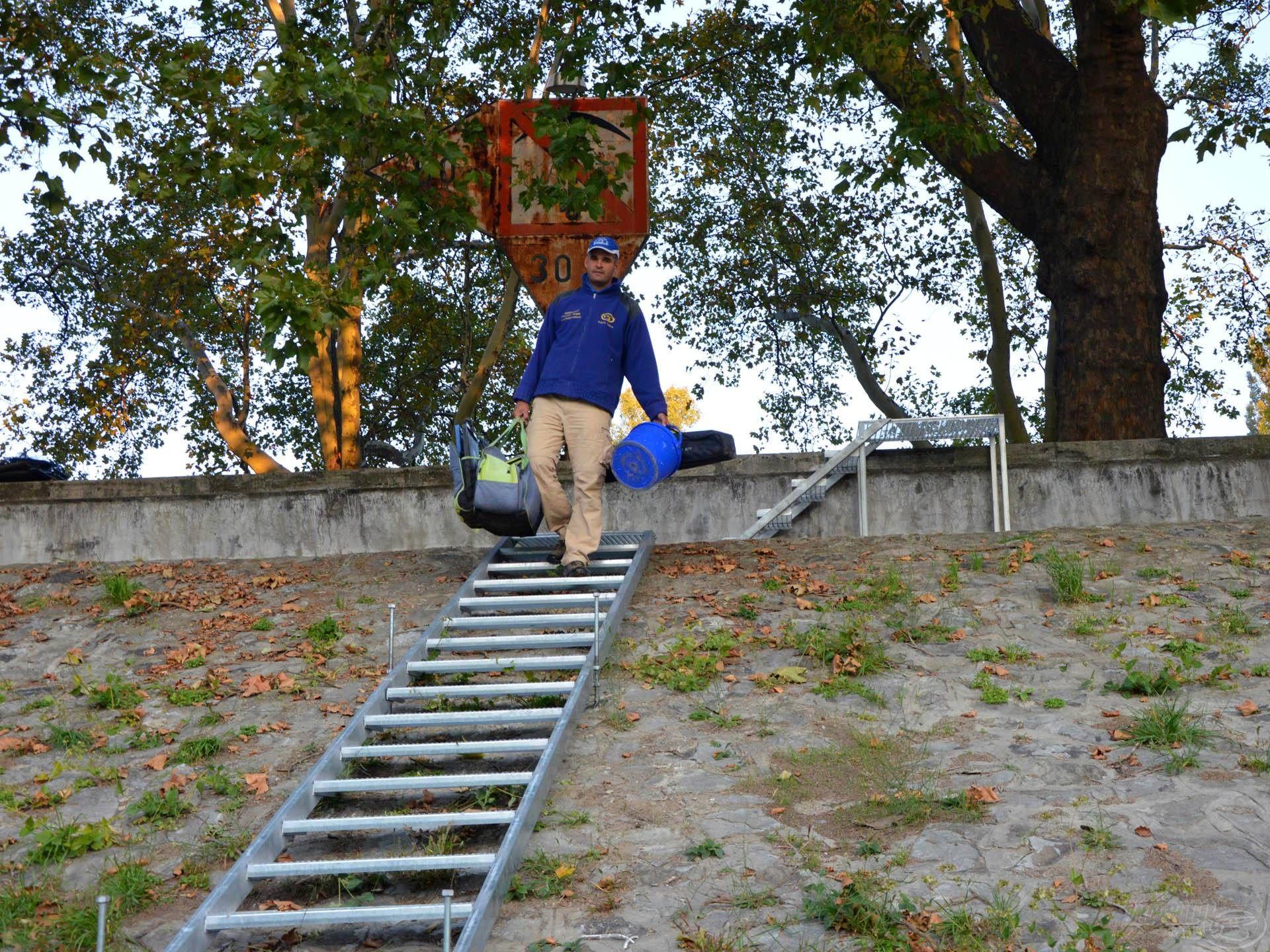 A két betonlépcső mellett egy szerelt fémlépcső is segítette a lepakolást