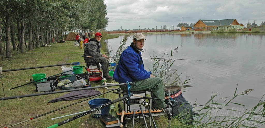 Szinte minden horgászmódszer képviseltette magát a versenyen, a képen a Bandi és Zoli Tím, akik rakós és matchbottal termeltek ki tetemes mennyiségű kárászt a vízből