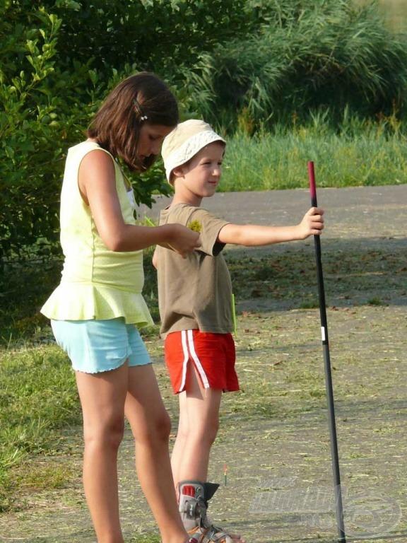 A fiúk között egy lány is üldözőbe vette a halakat