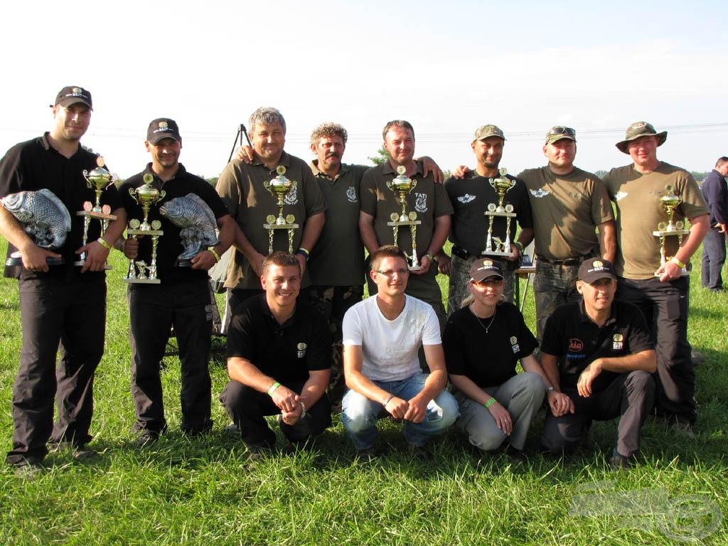A tavalyi verseny első három helyezettje a szervezőkkel