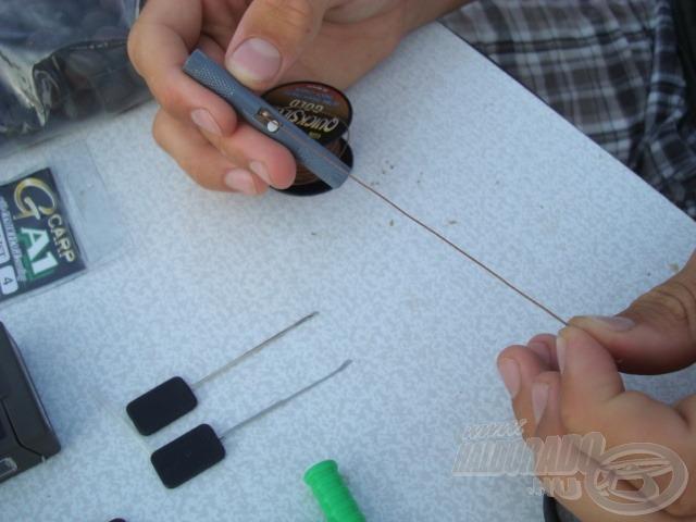 Kb. 10-12 centiméteren lehámozom a bevonatot egy zsinórhámozó segítségével…
