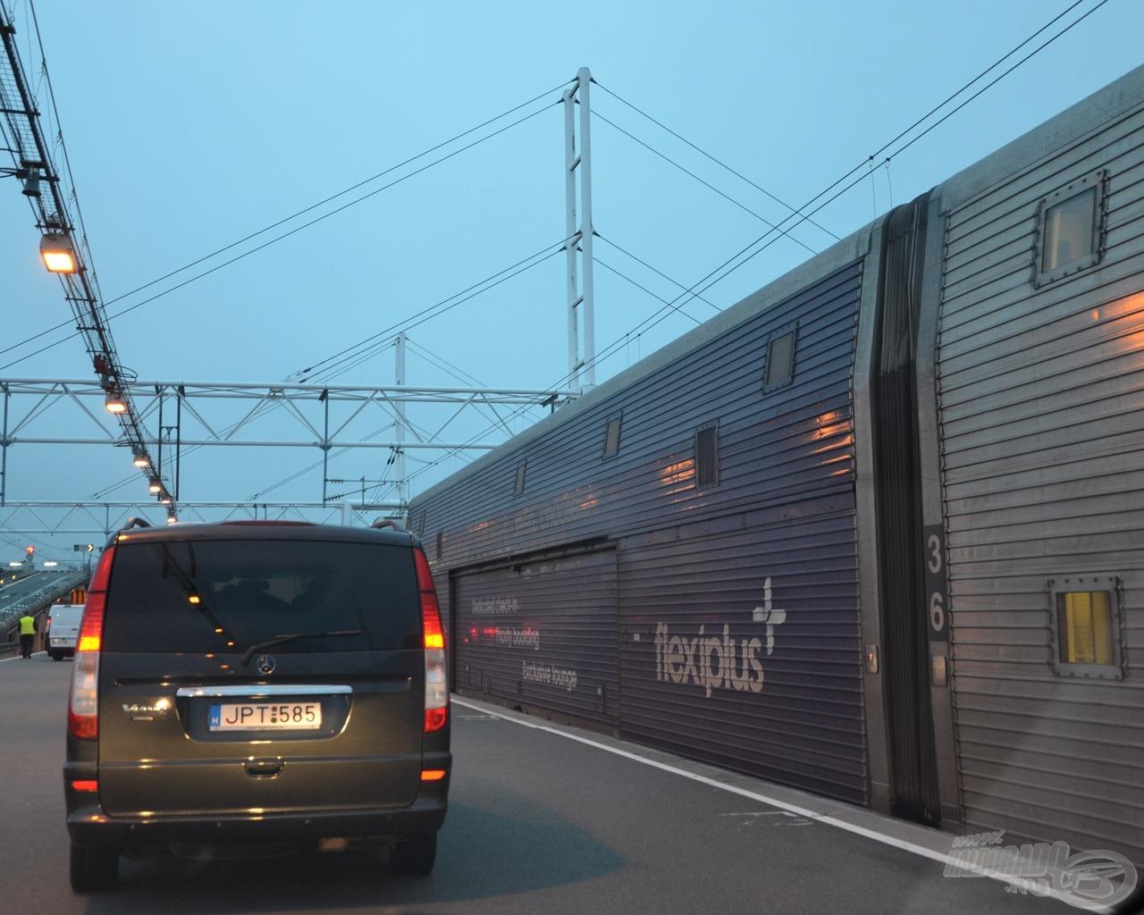 Csak két autónk mehetett a turista vonaton (a csalagúton), a nagy autónk a kamionok között volt kénytelen 2 órával későbbi indulással utazni