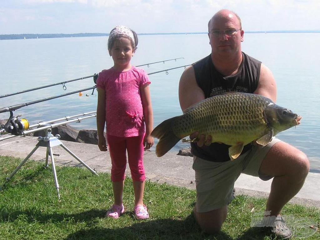 Kislányommal, Tamarával, aki idősebb fiúkat megelőzve nyert már küszfogó versenyt is