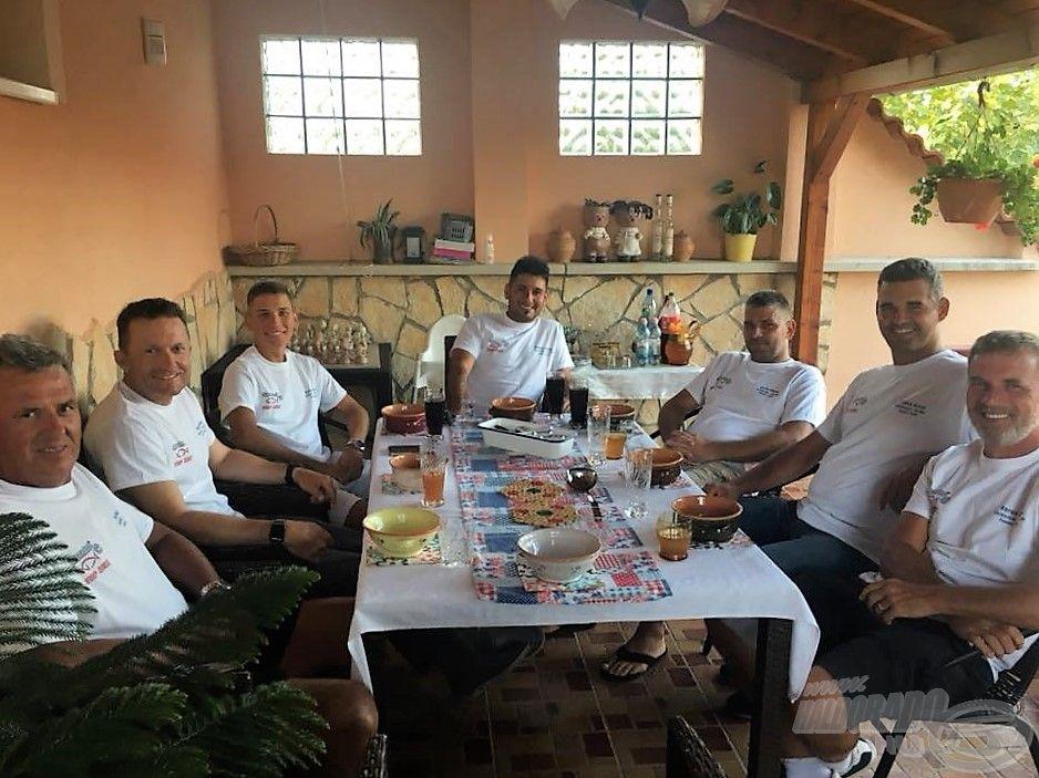 """A Haldorádó - Top Mix Feeder Team a felkészülést egy közös vacsorán kezdte a """"Papp rezidencián"""" :)"""
