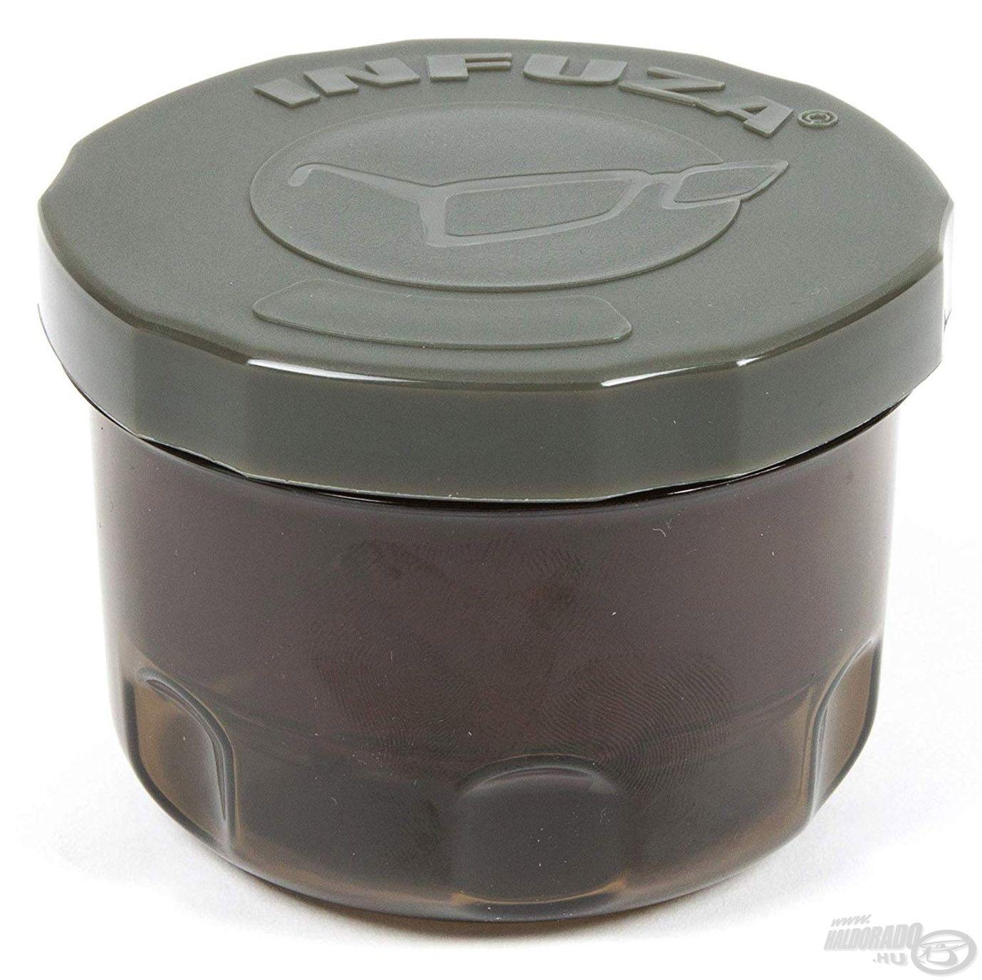 Kivehető belső kosárral rendelkező dipelő tégely, melyből a felesleges aroma le tud csorogni