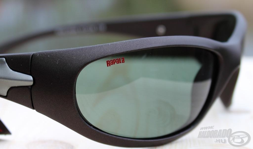 Arról, hogy horgászszemüvegről van szó, csupán a Rapala felirat árulkodik