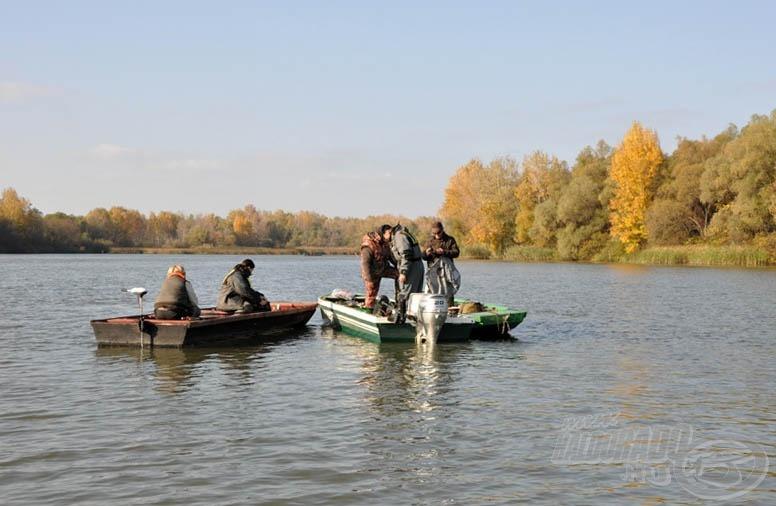Kisebb csoportosulás a mérlegelő csónak körül