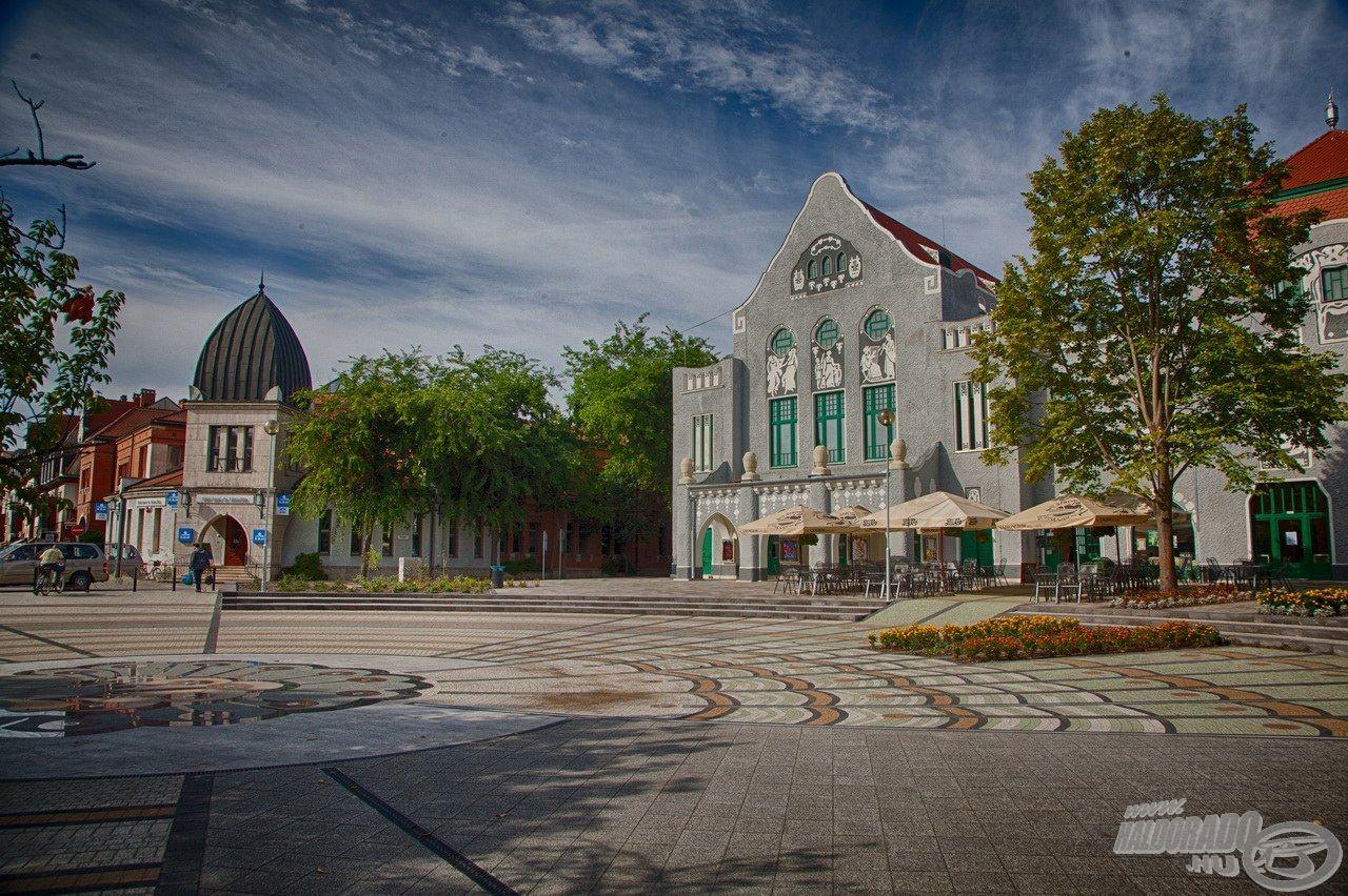 Kiskunhalas város megújult, impozáns főtere számos látványosság színtere, és itt található a Városi Mozi is
