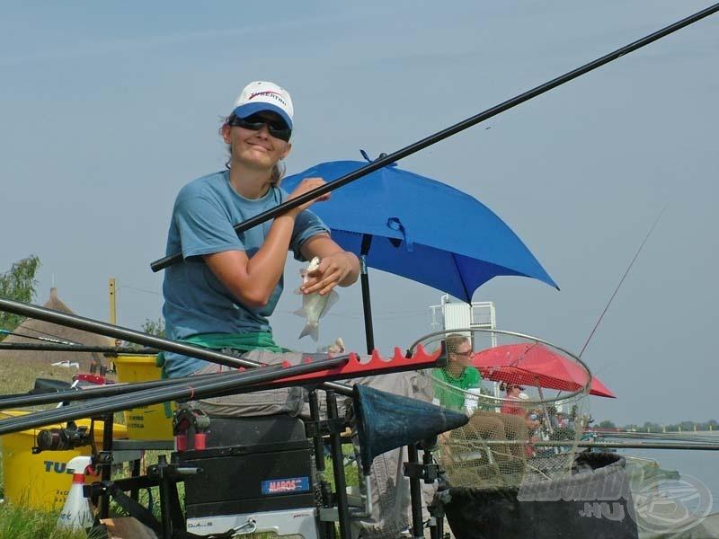 A pálya szélső helyén horgászó Barna Diána 3.580 g halat fogott és 3. lett a női kategóriában