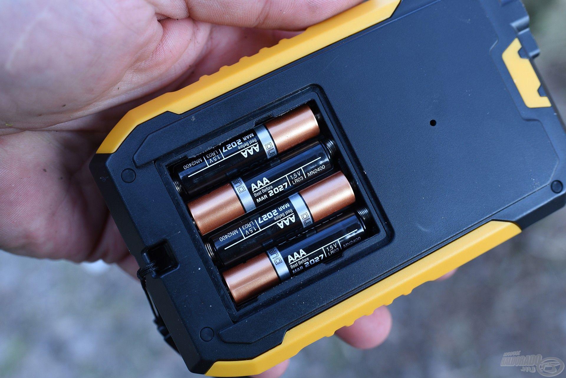 A készülék működtetéséhez 4 darab AAA méretű elemre lesz szükségünk
