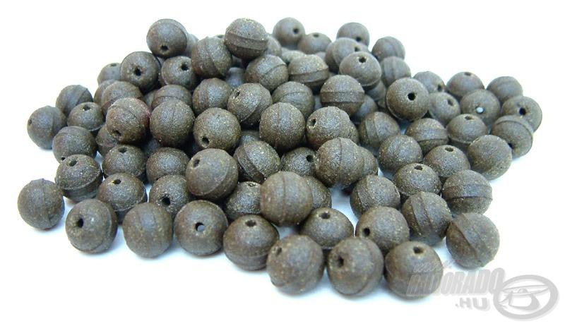 A Pearl Fishmeal Hookers Pellets közepén átfúrt, gyöngy formájú hallisztes pellet
