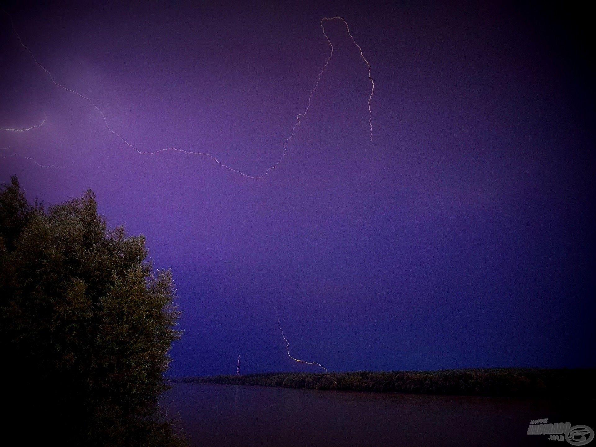 A cikázó villámok fényjátéka rendkívül látványos, de komoly veszélyt jelent