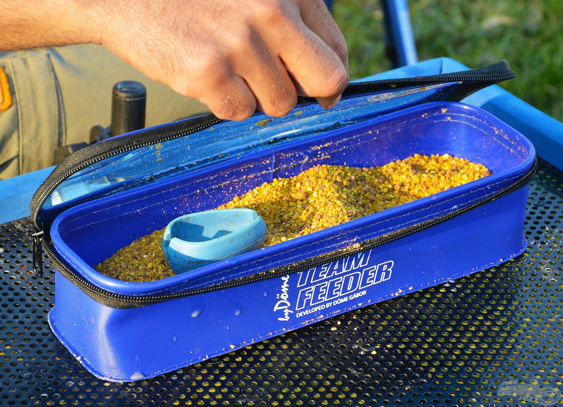 Egy zárható fedeles tároló megkönnyíti az etetőanyag frissen tartását, hisz véd a kiszáradás és az eső ellen egyaránt