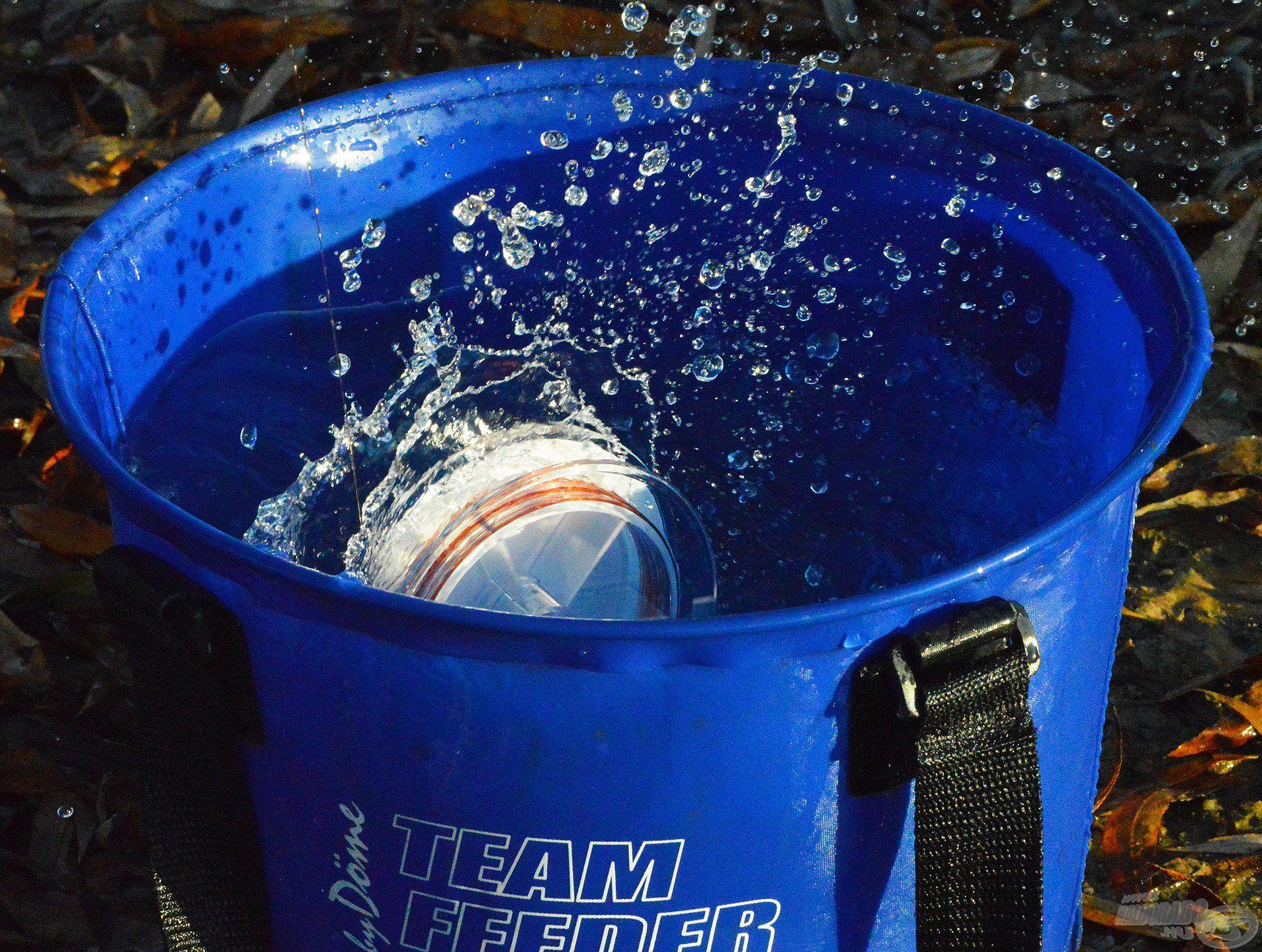A spulnit egy vödör vízbe kell helyezni, hogy folyamatosan feszüljön a zsinór, miközben a zsinórt feltekerjük a dobra