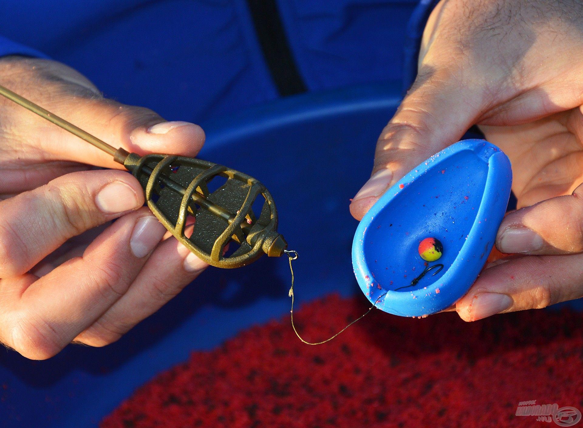 Elsőként a felcsalizott horog kerüljön bele a töltőformába úgy, hogy a végén található vájatba kerüljön a horogelőke