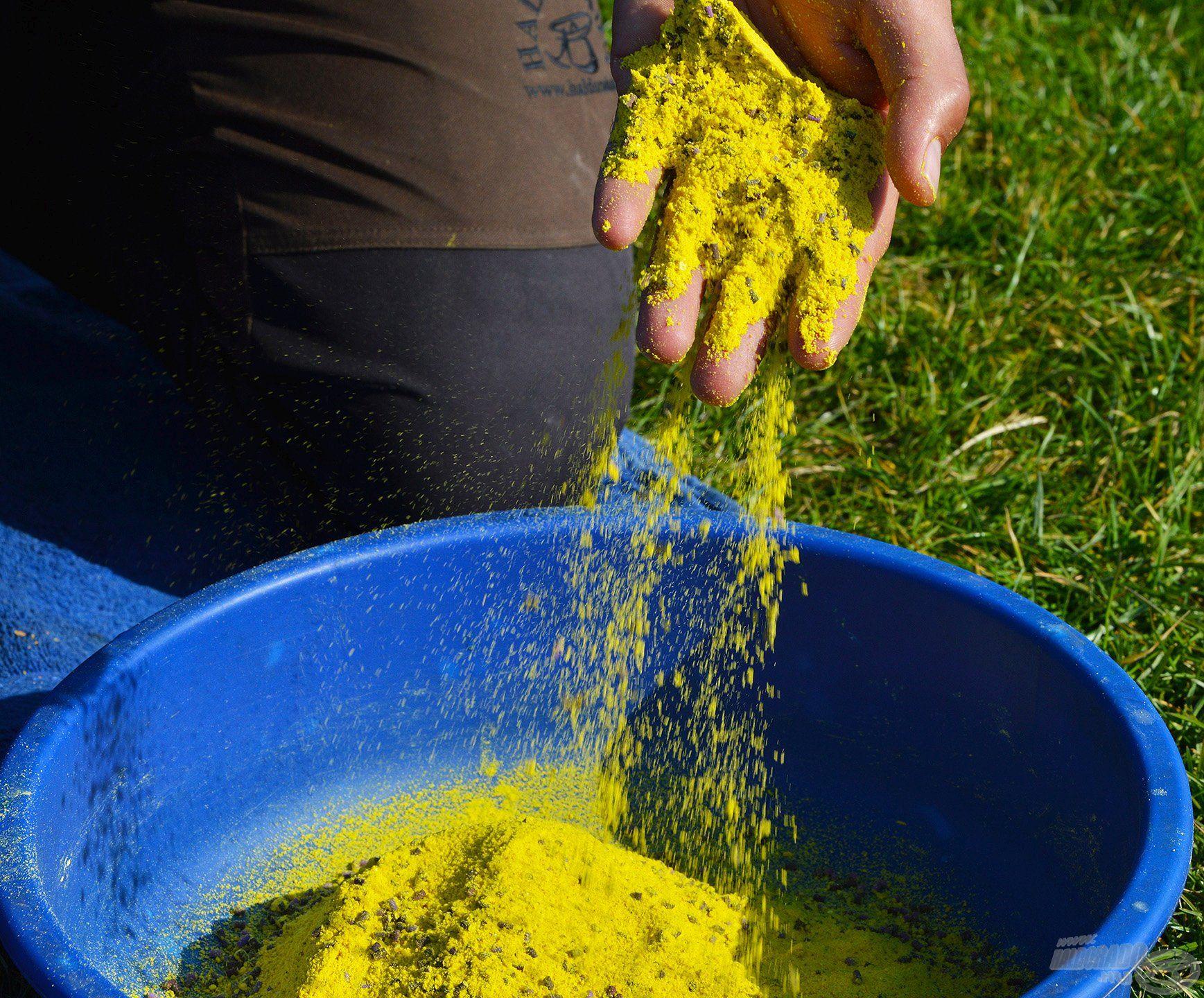 Mind a por, mind a folyékony aromákat, adalékokat a száraz etetőanyaghoz kell keverni