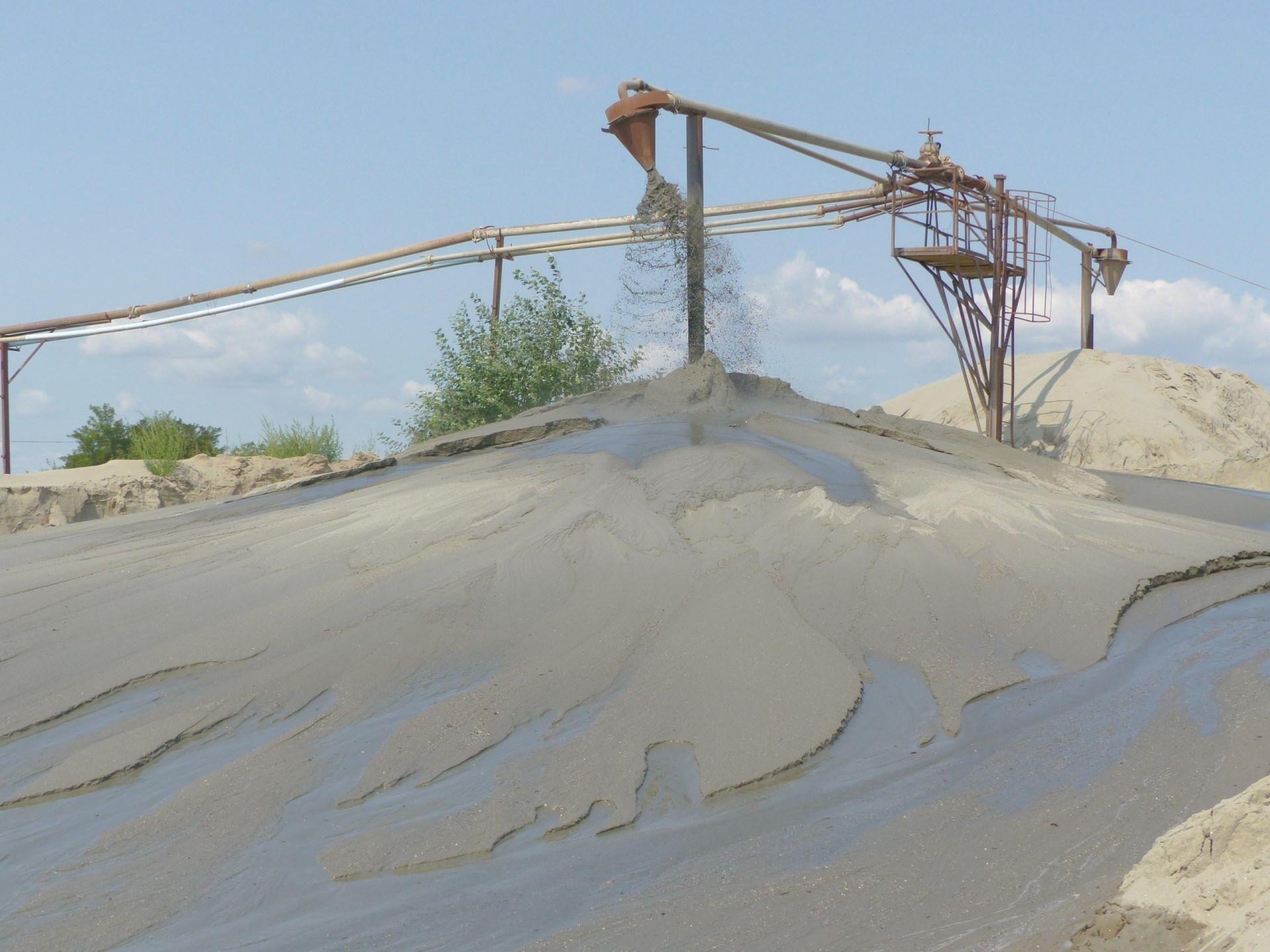 A tó mellett a homokbányászat a mai napig aktívan működik