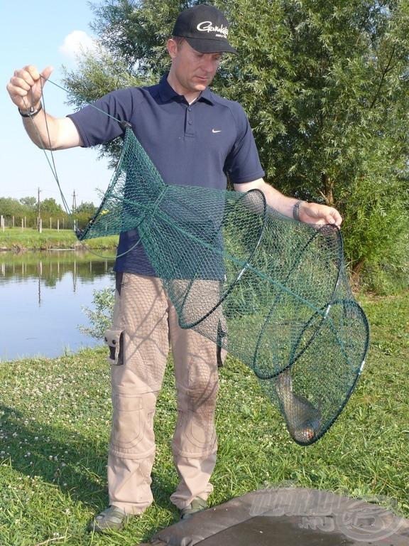 A normál karikás haltartókban már lényegesen nagyobb a hal mozgástere, de a nagy lyukbőségű hálóba könnyed bele akadhatnak és sérülhetnek uszonyai, pikkelyei
