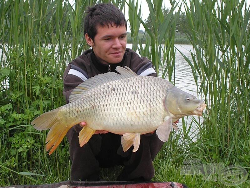 """Az elsőként bevetett, előkehosszban lebegtetett kukorica alig fél órán belül elkelt. Aranyszabály: """"Az első halat mindig fotózd, sose tudhatod, hogyan folytatódik a túrád!"""" :)"""